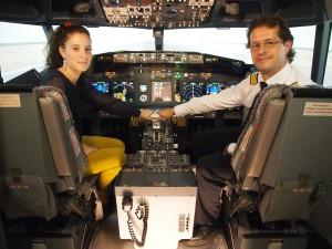 Margot Ferrand et Christophe Modave aux commandes du simulateur de vol utilisé dans le stage